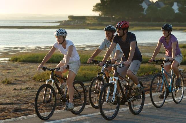 France, Morbihan (56), groupe à vélo le long du littoral de Bretagne